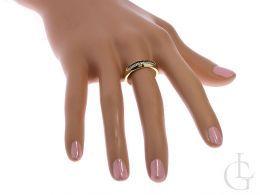 złoty pierścionek z cyrkoniami na palcu złoto żółte próba 0.585 14ct