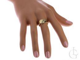 zaręczynowy pierścionek złoty na palcu na dłoni złoto żółte 0.585 14K cyrkonie pierścionki zaręczynowe wzory nowoczesne tradycyjne