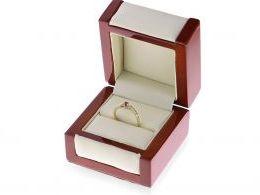 złoty pierścionek zaręczynowy z rubinem w pudełku pierścionki zaręczynowy różne wzory