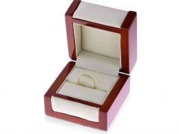 pierścionek złoty z cyrkoniami zaręczynowy w pudełku