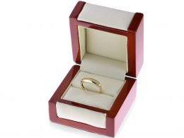 złoty pierścionek z cyrkoniami w pudełku złoto żółte próba 0.585 14ct