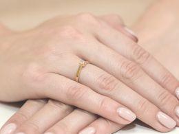 pierścionek zaręczynowy złoty z brylantem klasyczny wzór złoto próba 0.585 14ct pierścionek na palcu dłoni realne fotki zdjęcia zdjęcie prezent