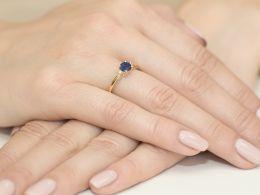 złoty pierścionek zaręczynowy z szafirem naturalnym i brylantami diamentami na palcu realne zdjęcia pierścionków zaręczynowych na prezent