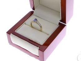 pierścionek złoty zaręczynowy z tanzanitem tanzanit ekskluzywny z brylantami diamentami brylant diament czarne diamenty czarny diament zaręczyny złoto żółte 14K 0.585 pierścionek na palcu w pudełku realne zdjęcie zdjęcia pierścionek zaręczynowy na rocznic