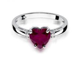 pierścionek zaręczynowy z serduszkiem z białego złota z rubinem i brylantami