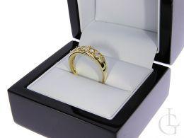 złoty pierścionek obrączka wysadzany cyrkoniami nowoczesny wzór złoto żółte próba 0.585