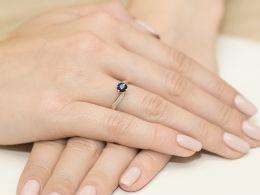 złoty pierścionek zaręczynowy z brylantami diamentami szafirem szafir na palcu na ręce złoto żółte próba 0.585 14ct nowoczesny wzór pierścionka