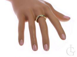 złoty elegancki pierścionek z cyrkoniami na palcu nowoczesny wzór