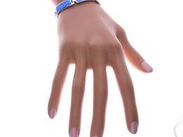 bransoletka srebrna damska szeroka z opalem niebieskim błękitnym opal niebieski na ręce modelce realne zdjęcie zdjęcia prezent dla żony dziewczyny na urodziny imieniny rocznicę upominek pod choinkę na walentynki różne wzory bransoletek srebrnych damskich
