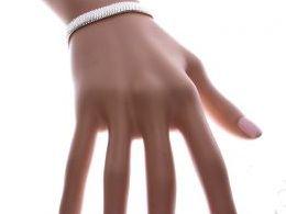 bransoletka srebrna damska szeroka taśma szeroka na ręce modelce realne zdjęcie zdjęcia prezent dla żony dziewczyny na urodziny imieniny rocznicę upominek pod choinkę na walentynki różne wzory bransoletek srebrnych damskich