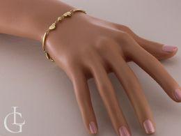 ekskluzywna złota bransoletka damska z serduszkami na ręce na nadgarstku złoto żółte próba 0.585 14ct