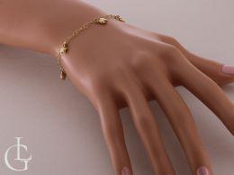 złota bransoletka celebrytka na ręce na nadgarstku realne zdjęcie złoto żółte