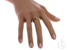 złoty pierścionek na palcu złoty pierścionek zaręczynowy delikatny wzór złoto żółte 0.585