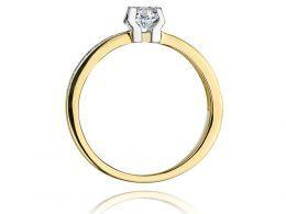 ekskluzywny pierścionek złoty zaręczynowy z brylantami diamentami szeroka szyna gruby szeroki złoto żółte pierścionek na palcu ręce