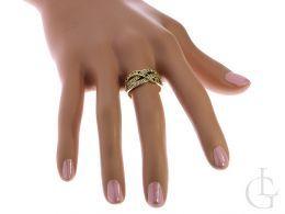pierścionek złoty na palcu szafir szafiry szeroka szyna złoto żółte 0.585 14K