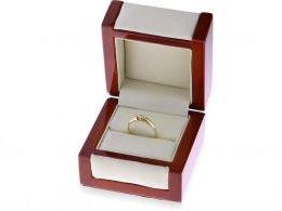 pierścionek złoty w pudełku klasyczny wzór pierścionka zaręczynowego złoto żółte