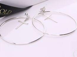 kolczyki srebrne duże koła wiszące kółka z krzyżykiem krzyż srebro realne zdjęcia na modelce uchu kolczyki srebrne na prezent dla żony dziewczyny urodziny imieniny rocznicę pakowanie na prezent