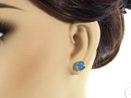 kolczyki srebrne z opalem kółka kółeczka niebieskim błękitnym opal sztyft zapięcie srebro realne zdjęcia na modelce uchu kolczyki srebrne na prezent dla żony dziewczyny urodziny imieniny rocznicę pakowanie na prezent
