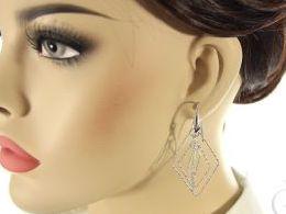 kolczyki srebrne trójwymiarowe diamentowane romby wiszące realne zdjęcia na modelce uchu kolczyki srebrne na prezent dla żony dziewczyny urodziny imieniny rocznicę pakowanie na prezent