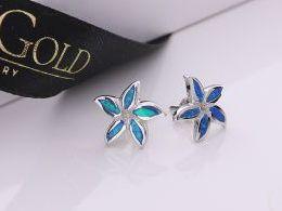kwiatki kwiatek kwiatuszki kolczyki srebrne z opalem niebieskim błękitnym opal sztyft zapięcie srebro realne zdjęcia na modelce uchu kolczyki srebrne na prezent dla żony dziewczyny urodziny imieniny rocznicę pakowanie na prezent