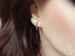złote kolczyki na angielskie zapięcie z cyrkonią na uchu