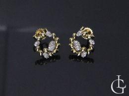 kolczyki złote z brylantami diamentami kółka sztyft złoto żółte kolczyki na uchu realne zdjęcie foto