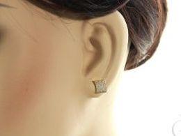 złote kolczyki kwadraty na wkrętki złoto żółte 0.585 14 karatowe złoto żółte realne zdjęcie zdjecia na uchu modelce prezent dla dziewczyny zony