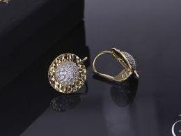 złote kolczyki diamentowane kołka diamentowane z cyrkoniami zapięcie zatrzask złoto żółte i białe próba 0.585 prezent dla żony dziewczyny realne zdjęcie zdjęcia na uchu modelce
