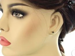 kolczyki złote koniczynka koniczyna czarne kamienie cyrkonie sztyft złoto żółte 14k 0.585 diamentowane realne zdjęcia na modelce uchu kolczyki złote na prezent dla żony dziewczyny urodziny imieniny rocznicę pakowanie na prezent