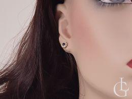 kolczyki złote z brylantami diamentami z szafirem na uchu na modelce manekinie realne zdjęcie brylant brylanty diament diamenty szafir szafiry zapięcie sztyft złoto żółte 0.585