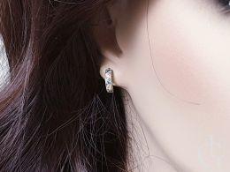 złote kolczyki na uchu z niebieskimi i klasycznymi cyrkoniami angielskie zapięcie złoto żółte próba 0.585 14ct