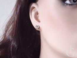 złote kolczyki na sztyft z brylantami na uchu na modelce na manekinie diamentami złoto żółte próba 0.585