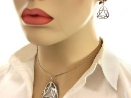 komplet biżuterii srebrnej kolczyki wiszące wisiorek na łańcuszek srebro realne zdjęcia wisiorka zawieszka na modelce uchu kolczyki srebrne na prezent dla żony dziewczyny urodziny imieniny rocznicę pakowanie na prezent