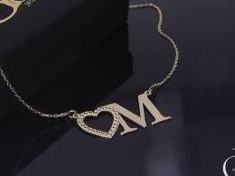Literka litera M inicjał inicjały celebrytka naszyjnik złoty łańcuszek celebrytka z literką serduszkiem sercem na łańcuszku realne zdjęcia zdjęcie na modelce szyi litery inicjały celebrytki złote na prezent dla żony dziewczyny rocznicę urodziny imieniny p