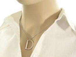 Literka litera D jak Dominika, Daniela inicjał inicjały wisiorek z łańcuszkiem z literą celebrytka naszyjnik srebrny łańcuszek celebrytka z literką  na łańcuszku realne zdjęcia zdjęcie na modelce szyi litery inicjały celebrytki złote na prezent dla żony d