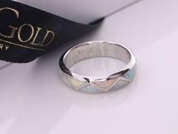pierścionek srebrny z opalem tęczowym obrączka opal naturalny pierścionki srebrne realne zdjęcie na palcu dłoni na prezent urodziny imieniny pod choinkę na prezent dla dziewczyny żony