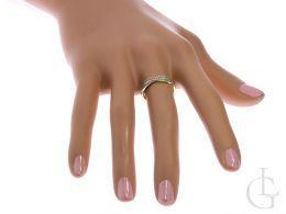 obrączka złota z cyrkoniami na palcu na dłoni złoto żółte złoto białe próba 0.585 14ct