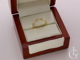złota obrączka z cyrkoniami w pudełku