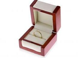 złota obrączka z szafirami w pudełku złoto żółte szafiry