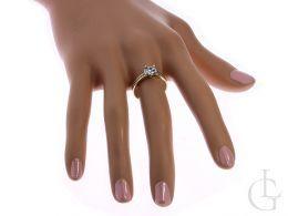 złoty pierścionek ekskluzywny na palcu na dłoni złoto żółte