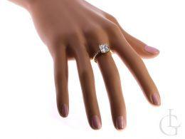 pierścionek na palcu złoty pierścionek zaręczynowy duża korona złoto żółte cyrkonie ekskluzywny pierścionek złoty