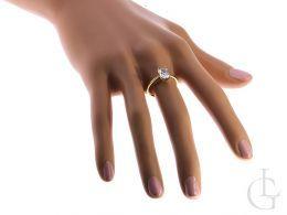 pierścionek zaręczynowy na palcu cyrkonia duży kamień złoto żółte próba 0.585 14ct