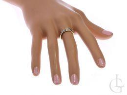obrączka złota z szafirami na palcu pierścionek złoty szafir złoto żółte próba 0.585