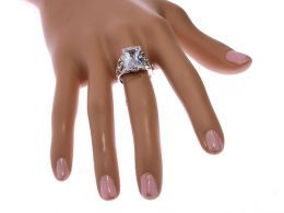 pierścionek srebrny na palcu duża cyrkonia prostokąt kwadrat ekskluzywny wzór pierścionka na palcu