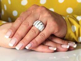 pierścionek srebrny z opalem tęczowym obrączka pierścionki srebrne realne zdjęcie na palcu dłoni na prezent urodziny imieniny pod choinkę na prezent dla dziewczyny żony