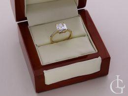pierścionek w pudełku złoty pierścionek zaręczynowy duża korona złoto żółte cyrkonie ekskluzywny pierścionek złoty