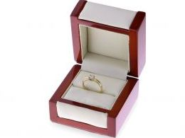 klasyczny pierścionek zaręczynowy z brylantem diamentem w pudełku złoto żółte brylant złoto żółte 14K 0.585
