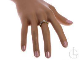 pierścionek złoty ekskluzywny na palcu na dłoni pierścionki zaręczynowe na palcu złoto żółte