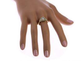 pierścionek złoty zaręczynowy na palcu duży ekskluzywny model