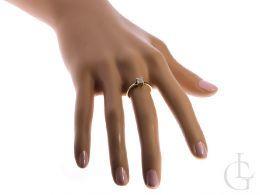 pierścionek zaręczynowy złoty z brylantem diamentem na ręce na palcu żółte złoto próba 0.585 zaręczyny pierścionki złote brylant diament klasyczne pierścionki zaręczynowe